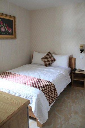 Luan Vu Hotel: Single Bed room with tiny window, 5th floor