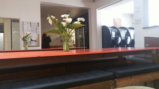 Transit Backpackers : Common area tables