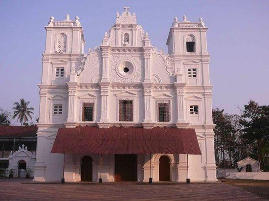 Benaulim, India: church front facade