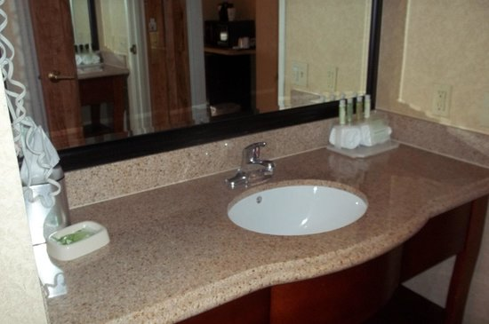 Holiday Inn Express Temecula: Sink area was clean with plenty of room.
