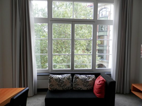 Hotel Alexander Plaza Berlin : Large windows in the room