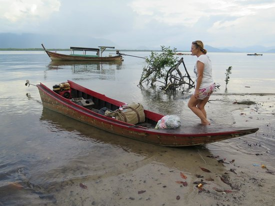 Phrathong Nature Resort: Karen una mujer que te ayudará en todo. Admirable como se desenvuelve entre tanto Tahi vago