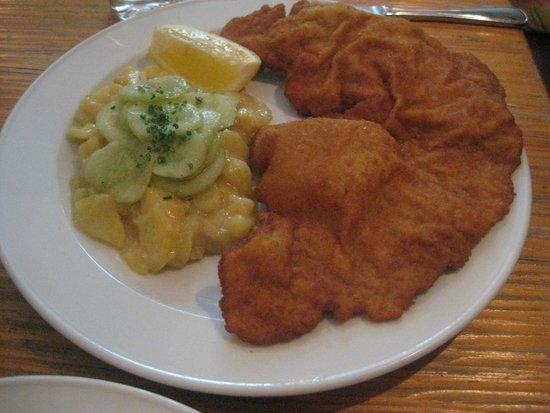 Sissi - Österreichisches Restaurant: Schnitzel vienés con ensalada de patata y pepino