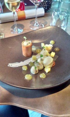 Aux petits Oignons: Gemarineerde ananas / limoen en agastachekruid tonnetje van gekarameliseerde noga en witte choco