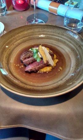 Aux petits Oignons: Wilde eend : de eendenborst geserveerd in heldere bouillon met herfstgroentjes kroketje van het