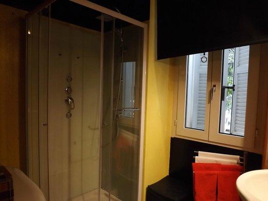 MarcoAurelio49 Apartments - Colosseo: Salle d'eau très fonctionnelle