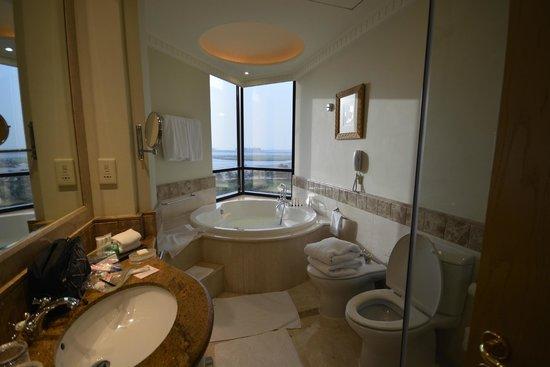 Le Royal Meridien Beach Resort & Spa: bath room