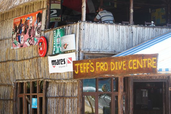 Jeff's Palm Resort: Dive Centre and bar area above