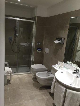 Best Western Hotel Genio : 水回りはシンプルですが十分でした