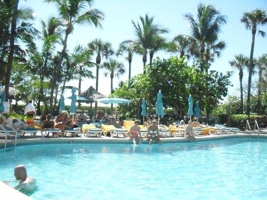 Hotel Riu Plaza Miami Beach : Piscina com praia ao fundo