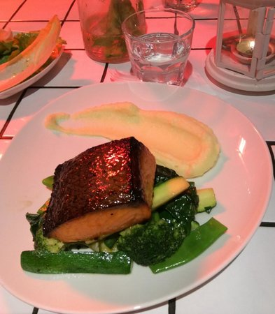 Happy Fish: Salmon with green vegetables and mashed potatoe