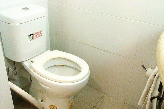 ibis Cancun Centro: broken toilet