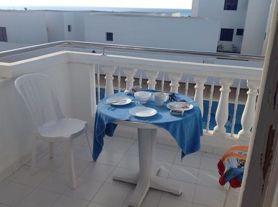 Corona Mar Apartments: breakfast on our lovely veranda