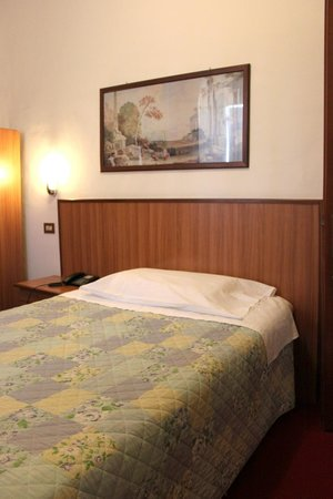 Umbria Hotel : CAMERA CON LETTO FRANCESE