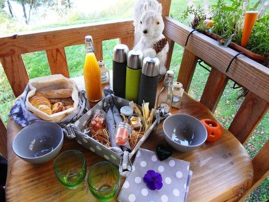 Les Cabanes du Marodier : petit déjeuner en terrasse