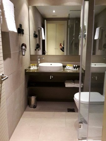 Hotel Exe Moncloa: Bagno camera matrimoniale