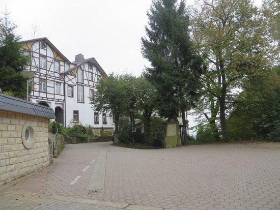 Panoramahotel Wolfsberg: The carpark yard at the main entrance to the hotel