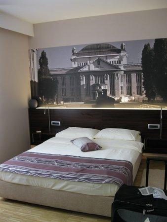 Hotel Jarun: кровать в номере