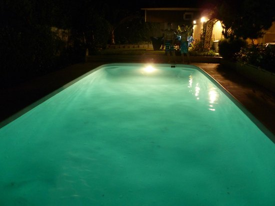 Dresden B&B: Pool at night