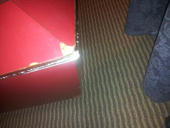 Pocono Palace Resort: champagne outdated/chipped furniture