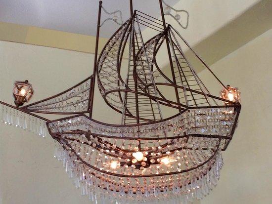 Little Gretel Restaurant : Crystal chandelier