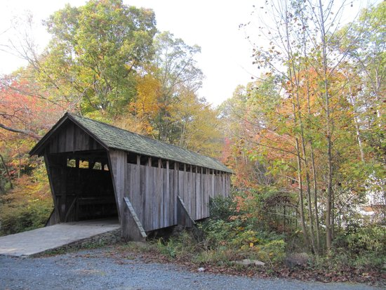 Seagrove, Carolina del Norte: Fall at Pisgah Covered Bridge