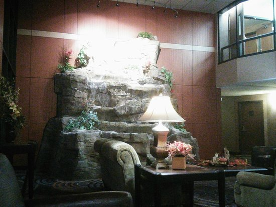 Best Western Plus Dakota Ridge: Water Feature in Lobby