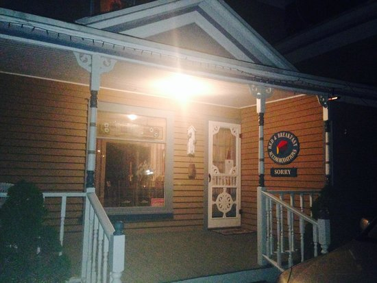 Newnham Suncatcher Inn: Front/Side entrance