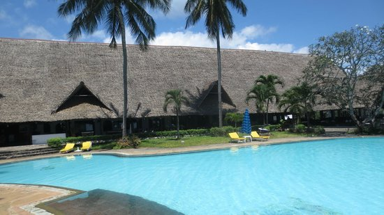Mnarani Club & Spa: Pool  with dining area behind