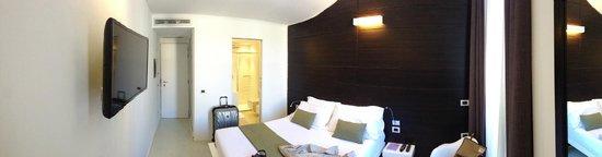 Navona Suites: Larger Room