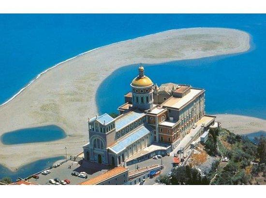 Oliveri, Italie : Il santuario di Tindari ed i laghetti di Marinello.