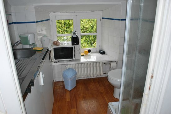 Camping du Domaine de Lanniron : Les toilettes dans la cuisine