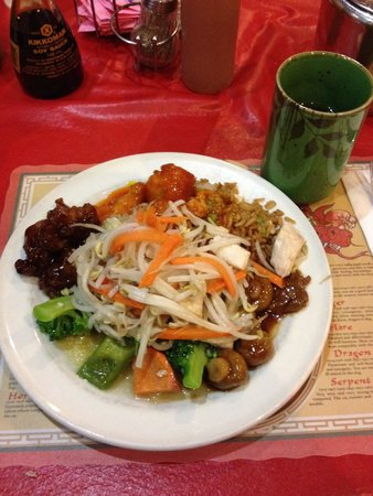 Ming's Garden Restaurant: Mixed Chinese plate.