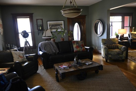 Turning Waters Bed, Breakfast and Adventure: Family room/living room