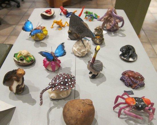 Galería Aymara: crafts made of the seed tagua.