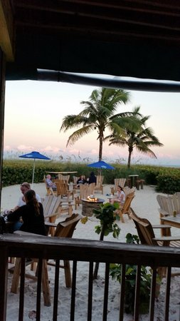 International Palms Resort & Conference Center Cocoa Beach: Mambo's Bar at Grill at the hotel...