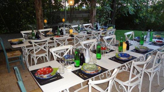 Agriturismo Casa Fabbrini: Table set for the wonderful group dinners