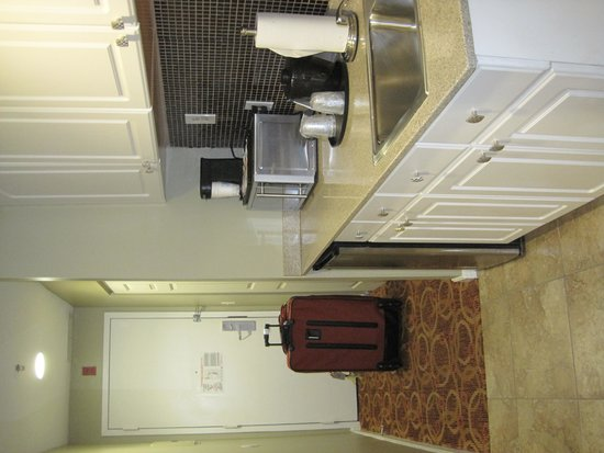Holiday Inn Express Hotel & Suites Boston Garden: Kitchenette / Entrance