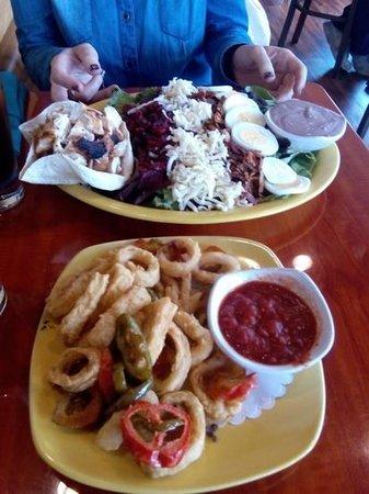 Capt's Waterfront Grill : Ensalada competa, no se aprecia lo graaaande que es, también pedimos calamares, muy buenos