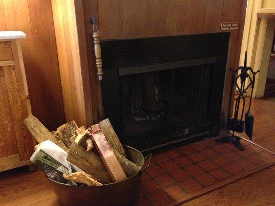 Carmel Garden Inn: Fireplace
