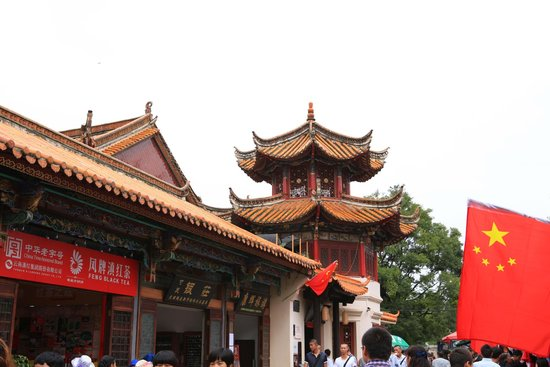 Green Lake (Cui Hu): Nice Traditional Chinese Building in Green  Lake