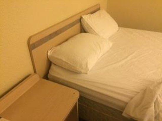 Motel 6 Fairfield North: bare bones room