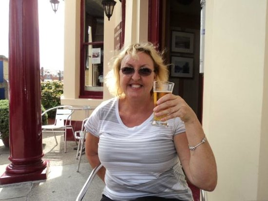 The Dukes Head Inn: Enjoying a beer,outside the front of the Inn