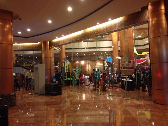 Eastwood City : The entrance to the lobby of the hotel is world-class! A perfect venue for the whole family ~ Hi