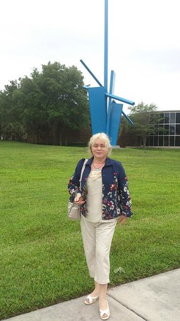 Orlando Museum of Art : modern sculptures around museum in the park