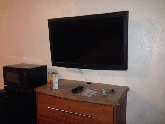 Red Roof Inn Santa Ana: The TV and dresser