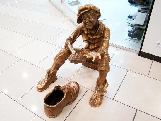 Скульптура чистильщика обуви