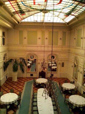 Grand Hotel: Вид на ресторан из окна коридора