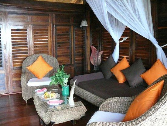 Manga Soa Lodge : Sitzecke im Zimmer