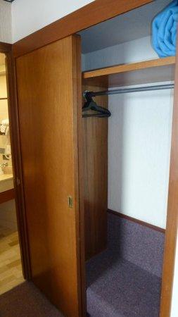 Hotel Marlowe: Шкаф в номере